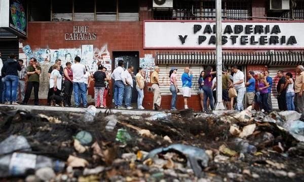 Dân Venezuela sang Colombia mua thực phẩm mang về.