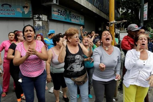 Dân Venezuela biểu tình vì đói ở Caracas ngày 2-7.