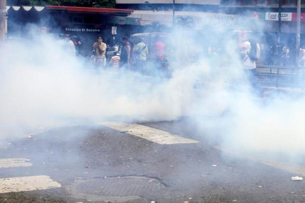 Cảnh sát phải dùng hơi cay giải tán biểu tình ngày 2-7.