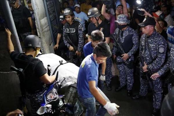 Thi thể một tù nhân được chuyển ra khỏi nhà tù TP Paranaque ở thủ đô Manila (Philippines).
