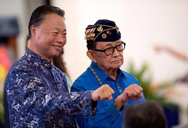 Cựu Tổng thống Philippines Fidel Ramos (phải) và đại sứ Trung Quốc tại Philippines Triệu Giám Hoa tại buổi lễ kỷ niệm thành lập cảnh sát Philippines ở Manila ngày 17-8.