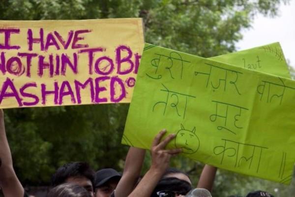 Biểu tình tại Ấn Độ phản đối đổ lỗi cách ăn mặc của phụ nữ là nguyên nhân dẫn tới cưỡng hiếp.