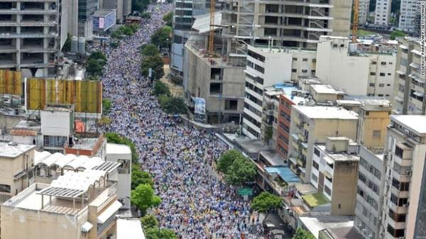 Người dân ken dày đường phố Caracas trong cuộc đại biểu tình Tiếp quản Caracas ngày 1-9.