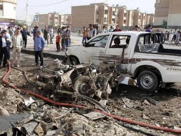 Ô tô bị phá hủy vì bị pháo từ kho vũ khí bay trúng.