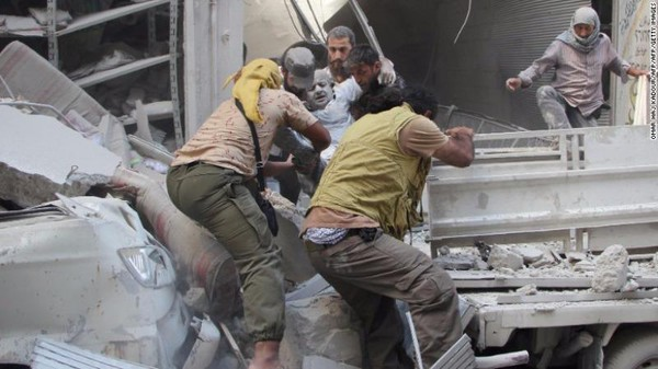 Nạn nhân được cứu từ đống đổ nát sau vụ không kích ở TP Idlib (tỉnh Idlib) ngày 10-9.