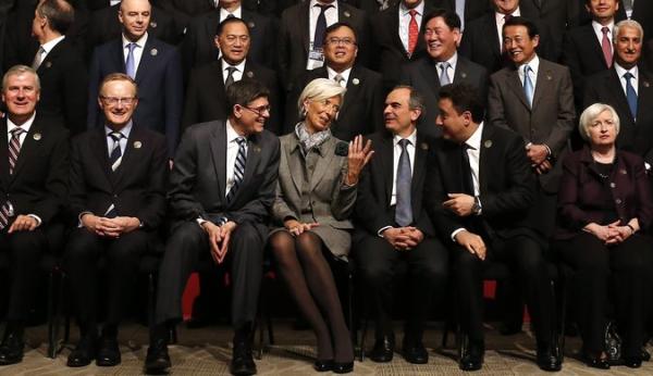 à Lagarde cùng các tướng lĩnh nam giới trong Quỹ Tiền tệ thế giới.