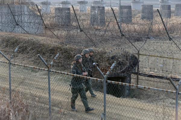 Binh sĩ Hàn Quốc tuần tra gần biên giới với Triều Tiên hồi tháng 1.