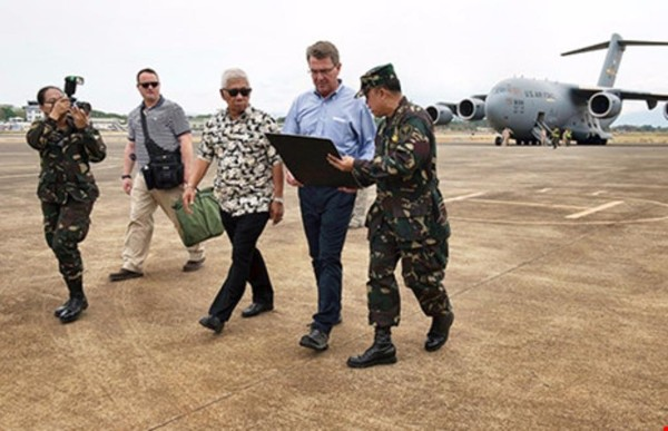 Bộ trưởng Quốc phòng Mỹ Ash Carter (thứ hai bên phải) và Bộ trưởng Quốc phòng Philippines Voltaire Gazmin tại sân bay Puerto Princesa (Philippines) trong chuyến thăm Philippines ngày 15-4.