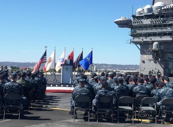 Bộ trưởng Carter phát biểu trên siêu hàng không mẫu hạm U.S.S. Carl Vinson ở cảng San Diego (bang California, Mỹ) ngày 29-9.