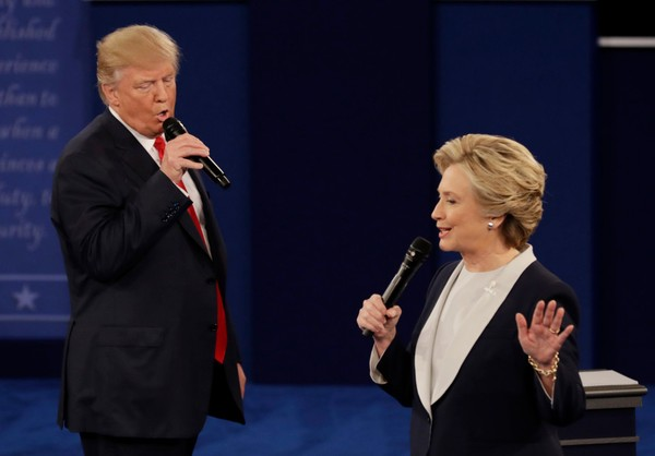 Ông Trump đe dọa sẽ cho bà Clinton đi tù nếu thắng cử tổng thống.