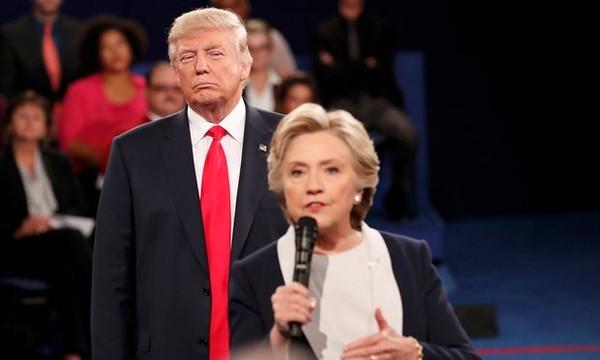 Ông Trump đứng sau lưng nhìn bà Clinton trong phiên tranh luận lần hai ngày 9-10.