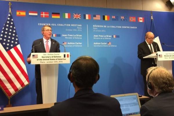 Bộ trưởng Quốc phòng Mỹ Ash Carter (trái) và người đồng cấp Pháp Jean-Yves Le Drian họp báo sau hội nghị của liên minh chống IS tại Paris (Pháp) ngày 25-10.