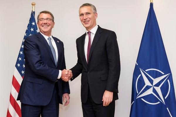 Bộ trưởng Quốc phòng Mỹ Ash Carter (trái) và Tổng Thư ký NATO Jens Stoltenberg tại hội nghị Bộ trưởng Quốc phòng NATO ở Bỉ ngày 26-10.