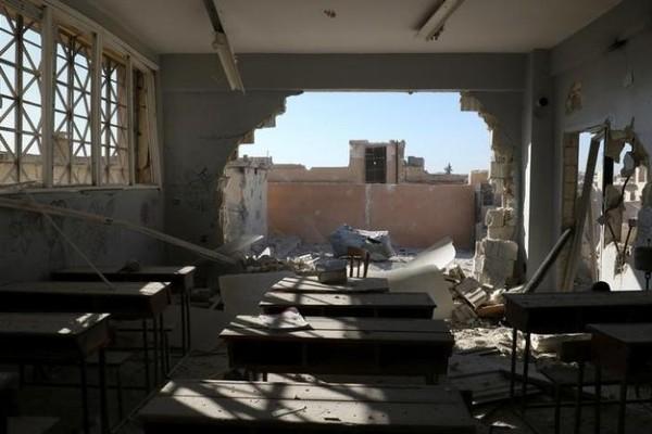 Phòng học tan hoang sau khi hứng không kích.