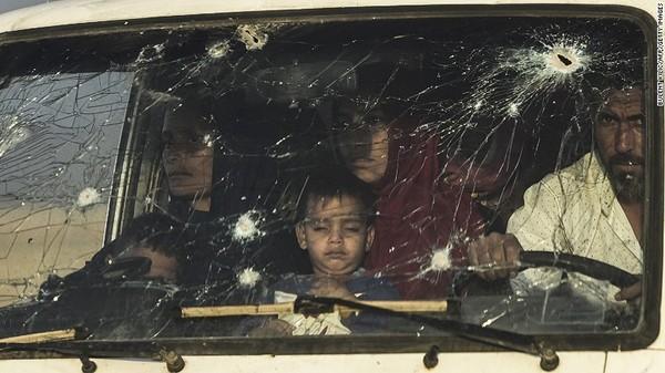 Người dân Mosul sơ tán tránh giao tranh.