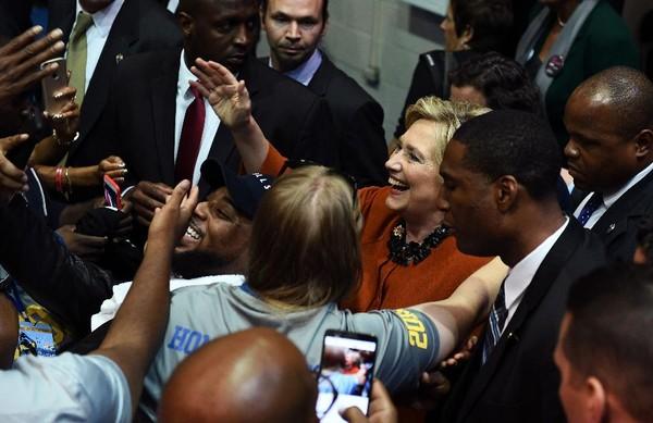 Bà Clinton trong cuộc vận động ngày 27-10, sẽ họp với các hạ nghị sĩ Dân chủ ngày 14-11.