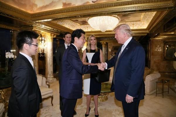 Ông Abe (trái) và ông Trump gặp nhau tại cao ốc Trump Tower ngày 17-11.