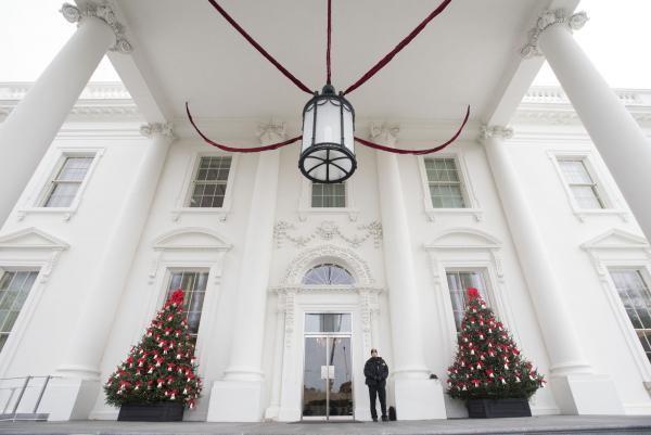 Các gia đình quân nhân được mời đến trang hoàng Nhà Trắng đón Giáng sinh và Năm mới.