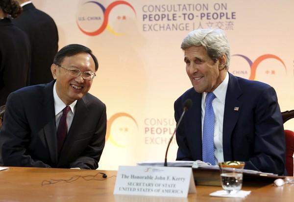 Ngoại trưởng Mỹ John Kerry (phải) và Ủy viên Quốc vụ viện Trung Quốc Dương Khiết Trì. Ảnh: REUTERS