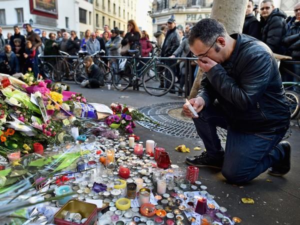 Tiếc thương nạn nhân vụ khủng bố Paris tháng 11-2015