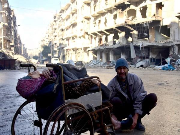 Bà Sabah Muhammed đang chết dần trên xe lăn vì bệnh trên dường phố đông Aleppo
