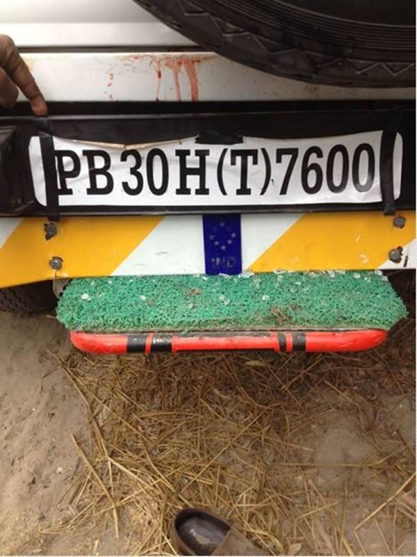Chiếc xe chở các giáo viên bị nạn. Ảnh: INDIA EXPRESS