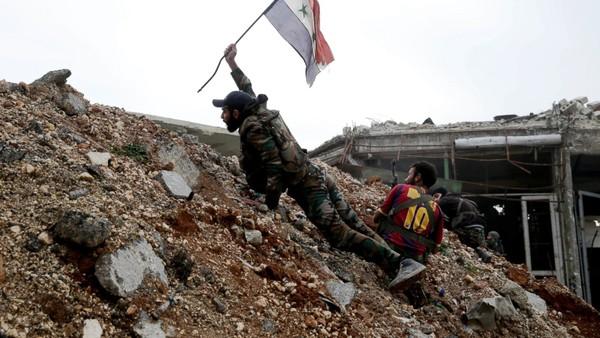 Quân chính phủ Syria cắm cờ quốc gia trên vùng đất đông Aleppo vừa chiếm lại từ phe nổi dậy ngày 5-10. Ảnh: AP