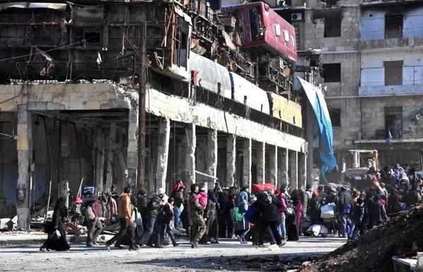 Người dân trở về nhà ở quận Bab al-Hadid thuộc đông Aleppo, nơi quân chính phủ đã chiếm lại từ phe nổi dậy. Ảnh: GETTY IMAGES