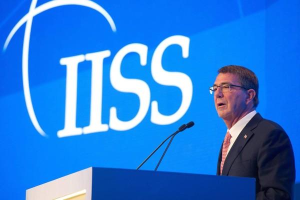 Bộ trưởng Quốc phòng Mỹ Ash Carter phát biểu tại hội nghị an ninh ở Manama (Bahrain) ngày 10-12.