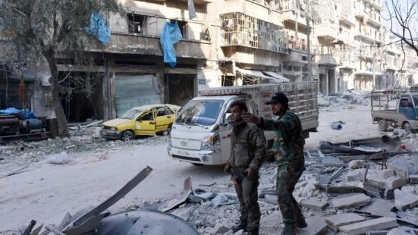 Quân chính phủ trên đường phố quận al-Maadi (đông Aleppo) ngày 11-12. Ảnh: AFP
