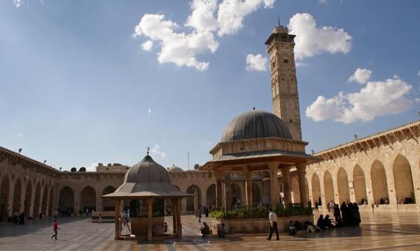 Du khách trong đền thờ Umayyah ở Aleppo ngày 6-10-2010