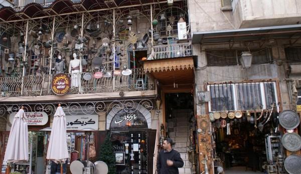 Bên ngoài một cửa hàng đồ cổ ở quận al-Jdeideh tại Old City ở Aleppo ngày 12-12-2009.