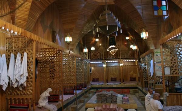 Khách hàng bên trong nhà tắm hơi lịch sử Hamam El Nahasin ở Old City (Aleppo) ngày 6-10-2010.
