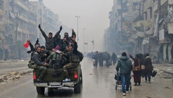 Quân chính phủ trên đường phố quận Bustan al-Qasr, đông Aleppo ngày 13-12. Ảnh: CHICAGO TRIBUNE