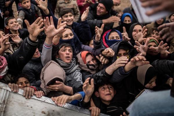Người dân Iraq chờ cứu trợ thực phẩm tại một trại tị nạn cách Mosul 75km ngày 17-12. Ảnh: AP