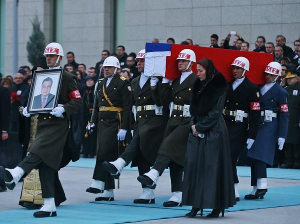 Vệ binh danh dự Thổ Nhĩ Kỳ đưa quan tài đại sứ Nga Andrei Karlov ra sân bay Esenboga ở Ankara (Thổ Nhĩ Kỳ) về Moscow (Nga) ngày 20-12. Ảnh: AP