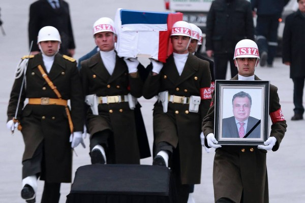 Vệ binh danh dự Thổ Nhĩ Kỳ cùng quan tài đại sứ Nga Andrei Karlov trên đường băng sân bay Esenboga ở Ankara (Thổ Nhĩ Kỳ) ngày 20-12. Quan tài được đưa về Moscow (Nga). Ảnh: GETTY IMAGES
