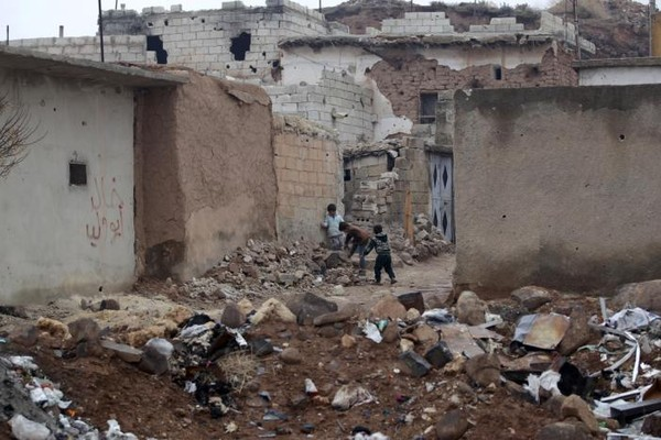 Trẻ em chơi đùa trong vùng đổ nát vì chiến sự ở bắc Aleppo ngày 25-12. Ảnh: REUTERS