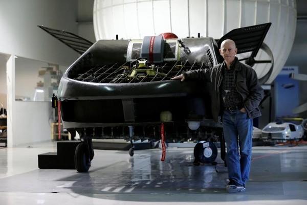 """Tổng Giám đốc Rafi Yoeli của công ty Urban Aeronautics và """"xe bay"""" Cormorant. Ảnh: REUTERS"""