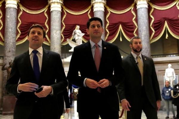 Chủ tịch Hạ viện Paul Ryan (giữa) tại tòa nhà Quốc hội trước cuộc bỏ phiếu thống nhất tiến trình hủy bỏ luật Obamacare ngày 13-1. Ảnh: REUTERS
