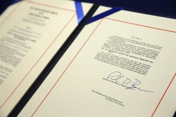 Dự luật hủy bỏ luật bảo hiểm y tế Obamacare được Chủ tịch Hạ viện Paul Ryan ký đồng ý ngày 7-1. Ảnh: REUTERS