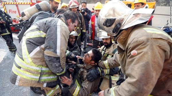 Một lính cứu hỏa bị thương. Ảnh: CNN