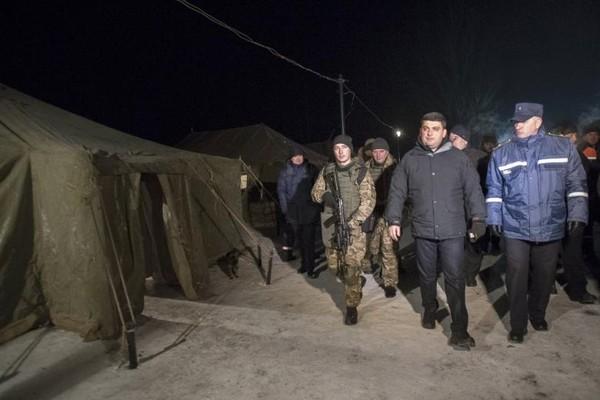 Thủ tướng Ukraine Volodymyr Groysman (áo đen) đến thị trấn Avdiyivka (đông Ukraine) ngày 31-1. Ảnh: REUTERS