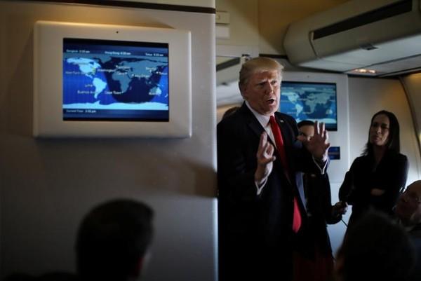 Tổng thống Mỹ Donald Trump trao đổi với báo chí trên chiếc Không lực Một bay tới bang Florida ngày 3-2. Ảnh: REUTERS