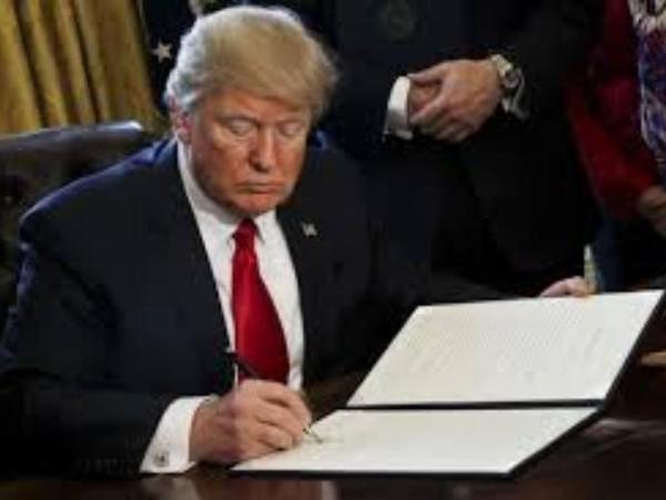Tổng thống Mỹ Donald Trump có thể ra sắc lệnh hành pháp cấm nhập cư mới. Ảnh: AP
