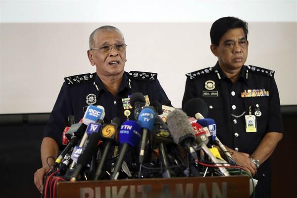 Phó Tổng Thanh tra cảnh sát Malaysia Noor Rashid Ibrahim (trái) tại cuộc họp báo về diễn tiến vụ việc, ngày 19-2 tại Kuala Lumpur (Malaysia). Ảnh: AP