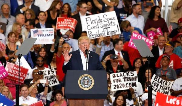 Tổng thống Mỹ Donald Trump tại cuộc gặp với người ủng hộ ở sân bay quốc tế Orlando Melbourne, Florida (Mỹ) ngày 19-2. Ảnh: REUTERS