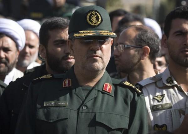 Tư lệnh Lục quân quân đội Iran Mohammad Pakpour (giữa) tại một lễ tang ở Tehran (Iran) ngày 20-2. Ảnh: REUTERS