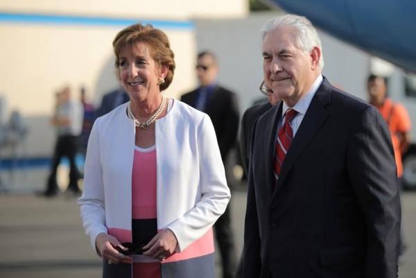 Ngoại trưởng Mỹ Rex Tillerson (phải) được đại sứ Mỹ tại Mexico Roberta Jacobson đón tại sân bay quốc tế Benito Juarez ở thủ đô Mexico City (Mexico) ngày 22-2. Ảnh: REUTERS