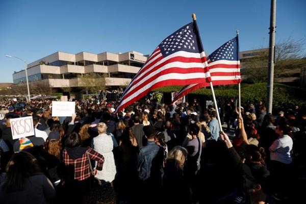 Người ủng hộ Tổng thống Trump tuần hành tại Beverly Hills, California (Mỹ) ngày 24-2. Ảnh: REUTERS